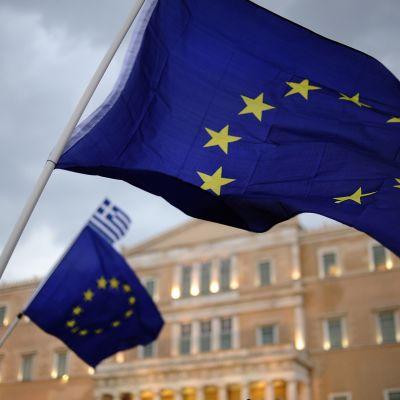 Euron kannattajat heiluttivat lippuja Kreikan parlamentin edessä 30. kesäkuuta Ateenassa.