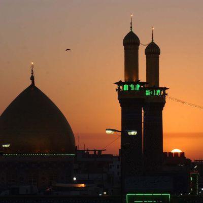 Moskeija Karbalassa auringonlaskun aikaan.