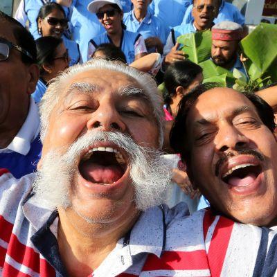 Eri naurukerhojen jäsenet osallistuivat maailman naurupäivän (World Laughter Day) paraatiin Bhopalissa, Intiassa sunnuntaina.