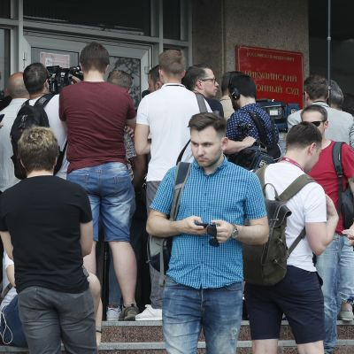 Toimittajat ja Ivan Golunovin tukijat kerääntyivät odottamaan tämän oikeuskäsittelyä lauantaina Moskovassa.