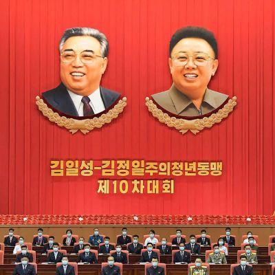 Den här bilden förmedlades från Nordkorea i torsdags. Den är tagen på en kongress som hölls av det styrande Arbetarpartiets ungdomsorganisation i huvudstaden Pyongyang.