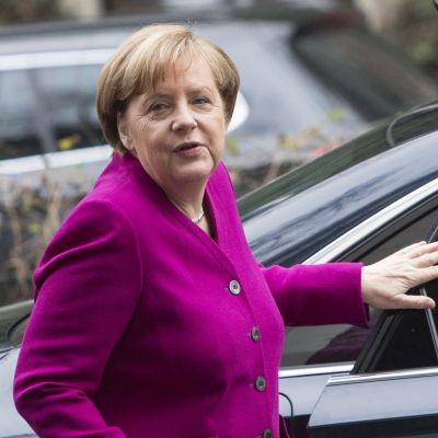 Saksan liittokansleri Angela Merkel saapui hallitustunnusteluihin sosiaalidemokraattisen SPD:n puoluetoimistoon Berliinissä 7. tammikuuta 2018.