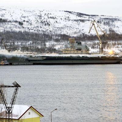 Venäläisellä lentotukialuksella Amiraali Kuznetsovilla on syttynyt tulipalo korjaustöiden aikana Murmanskissa.