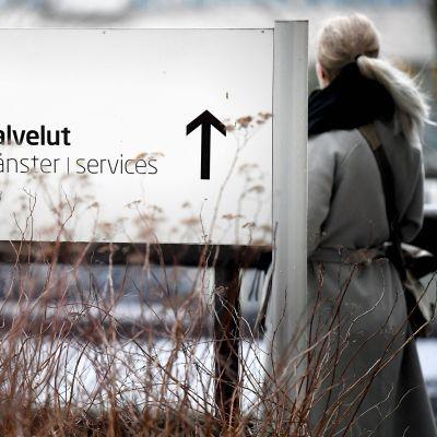 Työnhakija TE-toimistossa Pasilassa Helsingissä.