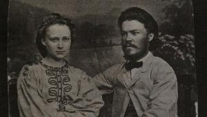 Johan Ferdinand ja Minna Canth istuvat mv. kuvassa nuorena parina