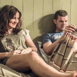 Becky (Sarah Solemani) ja Steve (Russell Tovey) makaavat sängyllä. Steve nostaa päällään olevaa peittoa ja katsoo irvistäen sen alle.