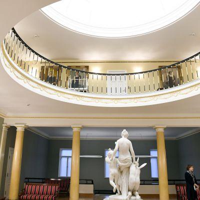 Presidentinlinnassa esiteltiin tasavallan presidentin itsenäisyyspäivän juhlavastaanoton järjestelyitä  Helsingissä 1. joulukuuta.