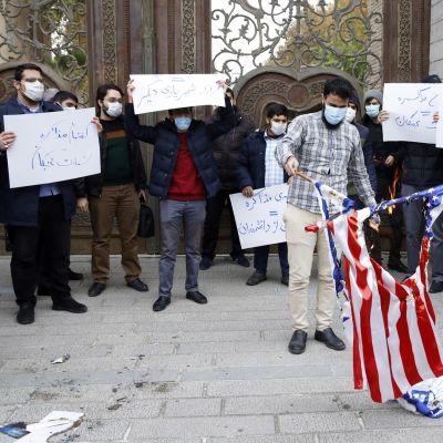 Iranilaiset opiskelijat polttavat Yhdysvaltain ja Israelin lippuja