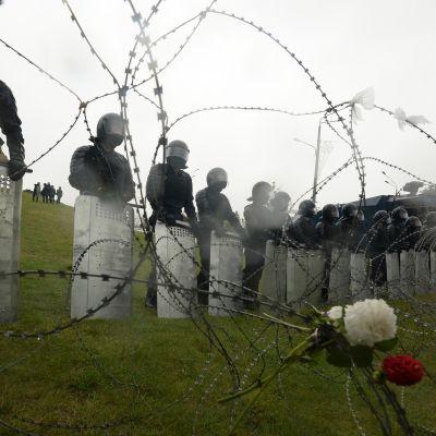 Valkovenäläiset poliisit sulkevat tien mielenosoitukselta
