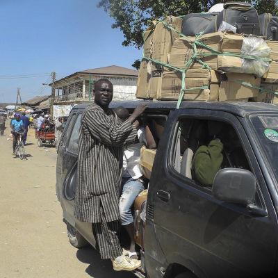 Nigerianer lämnar staden Mubi efter attacker i nordöstra Nigeria den 9 december 2014.
