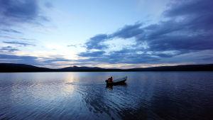Veneilijä kesäyönä Luirojärvellä Lapissa