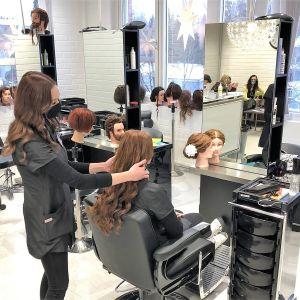 kampaajien koulutusta, hiusten leikkaus menossa