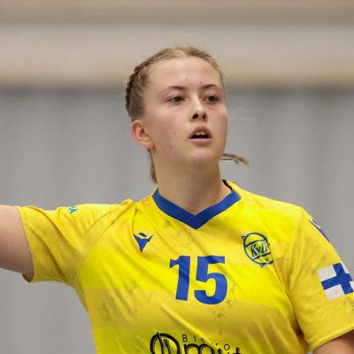 Maja Sannholm kastar boll.