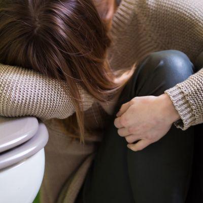 nainen voi pahoin ja nojaa pönttöön. Vaikea raskauspahoinvointi (hyperemesis gravidarum) vaatii useimmiten sairaalahoitoa.