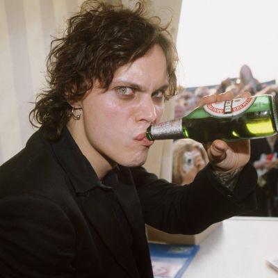 Laulaja Ville Valo (HIM)  juo olutta Mera Luna -festivaaleilla Hildesheimissa 2008.