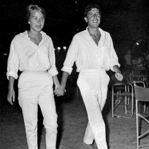 Marianne Ihlen ja Leonard Cohen valkoisissa vaatteissa kävelevät käsi kädessä joskus 60-luvulla.