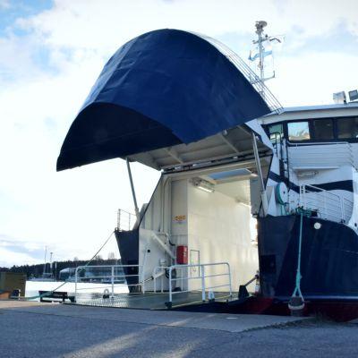 En blåvit förbindelsebåt med framluckan öppen.