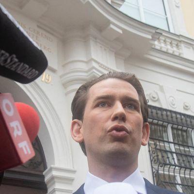 Österrikes förbundskansler Sebastian Kurz svarar på journalister frågor då han anländer till presidentpalatset i Wien den 7 oktober 2021.