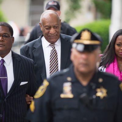 Bill Cosby saapumassa oikeustalolle
