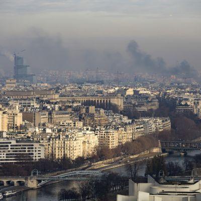 Pariisin kaupunkikuvaa, ilma on saasteista harmaa.
