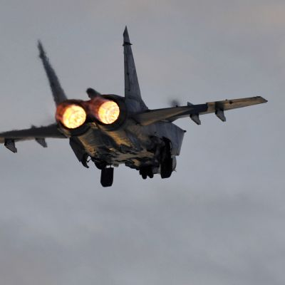 MiG-31 takaapäin kuvattuna jälkipolttimet päällä.