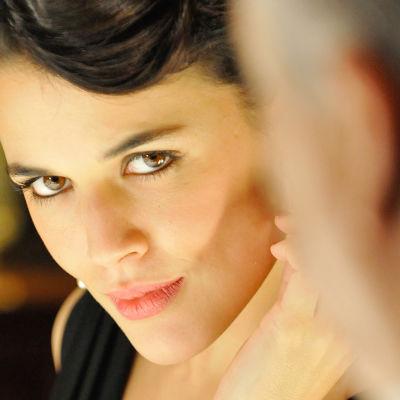 Sira Quiroga (näyttelijä Adriana Ugarte) sarjassa Ommelten välinen aika