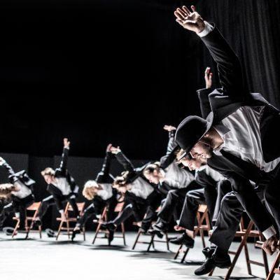 Tanssijat esittävät Ohad Naharin Deca Dancea.