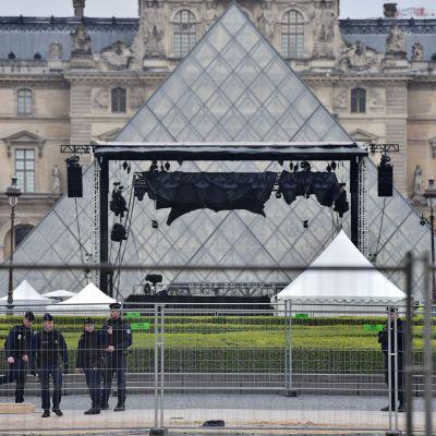 Poliiseja Louvren museon edustalla.