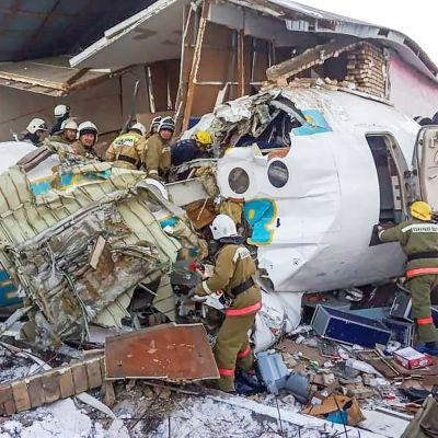 Pelastushenkilökunta työskenteli onnettomuuspaikalla Almatyssa perjantaina.