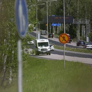 autoja ja rekkoja moottoritiellä