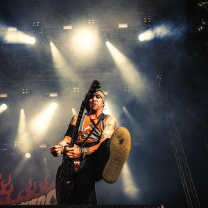 Dregen i The Hellacopters spelar gitarr och sparkar med foten framåt på Tuska 2019.