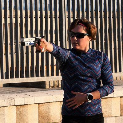Eevi Bengs skjuter med laserpistol.