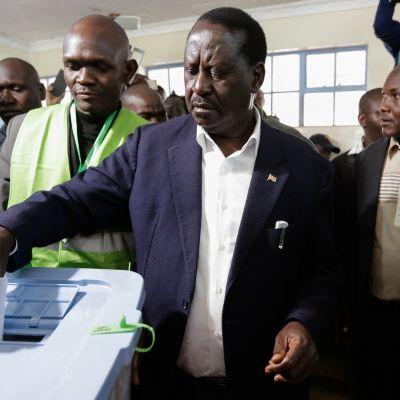 Odinga äänestämässä