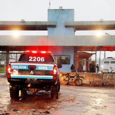 Poliisiauto Santa Izabelin vankilan edustalla.