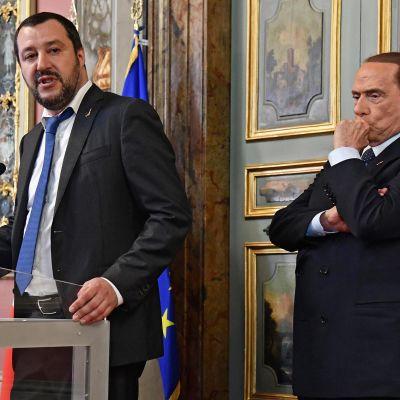 Vasemmalla Italian Lega-puolueen johtaja Matteo Salvini, oikealla Forza Italia -puolueen johtaja Silvio Berlusconi tiedotustilaisuudessa Roomassa.