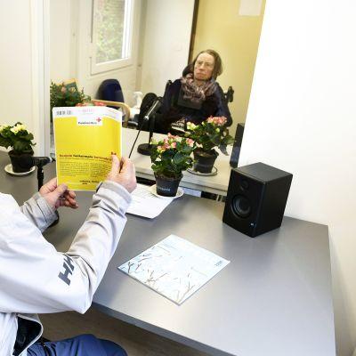 Olavi Hasunen tapaa Wilhelmiinassa asuvan vaimonsa Kaija Hasusen Asumispalvelukeskus Wilhelmiinan tapaamistuvassa.