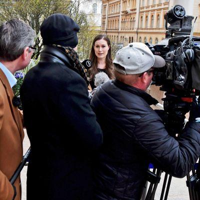 Pääministeri Sanna Marin vastaamassa median kysymyksiin.