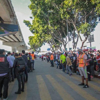 Siirtolaiset osoittavat mieltä Yhdysvaltain ja Meksikon rajalla Tijuanassa.