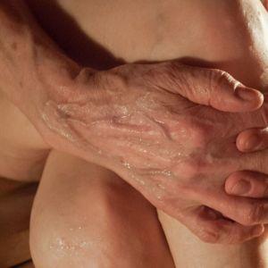 vanhan naisen kädet saunassa