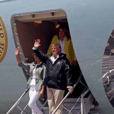 Donald Trump ja Melania Trump astuvat lentokoneesta.