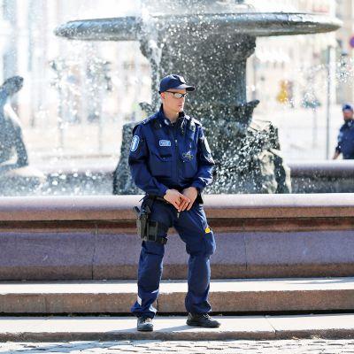 Poliisi Esplanadin puistossa.