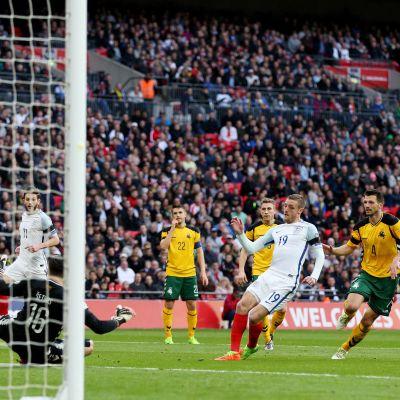 Englannin Jamie Vardy maalaa Liettuaa vastaan.