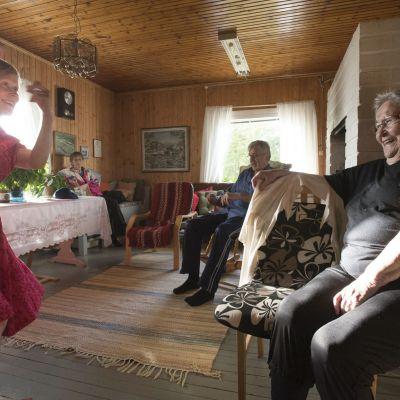 Orvokki Lousujärven mökissä Niesissä elokuussa 2016 Lappiballadi-projektissa. Titta Court tanssii.