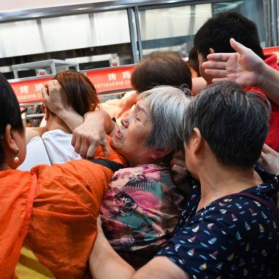 Kiinalaiset ostajat tuuppivat toisiaan ostaakseen paistetun kanan ensimmäisessä hypermarketketju Costcossa Kiinassa.