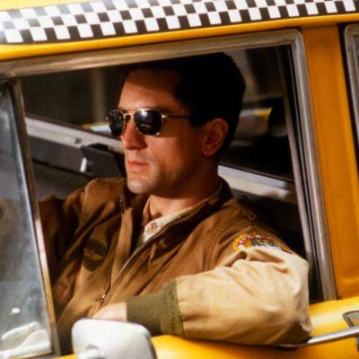Travis Bickle (Robert de Niro) ajaa taksiaan elokuvassa Taksikuski
