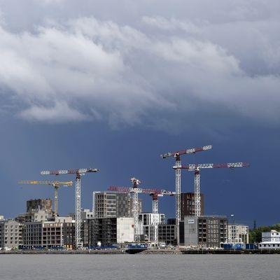 Tummia ukkos- ja sadepilviä itäisen kaupungin yllä Helsingissä.