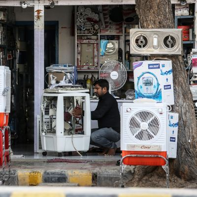 mies korjaa kylmälaitteita Ahmedabadissa, Intiassa toukokuussa 2015