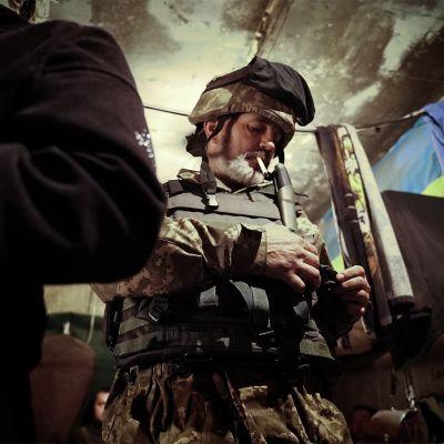 Ivan valmistautuu lähtemään poterosta. Avdijivka, Itä-Ukraina.