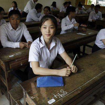 Oppilaita tekemässä loppukoetta Phnom Penhissä.