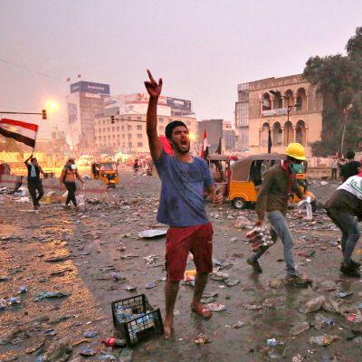 Irakin hallituksen vastainen mielenosoitus Bagdadissa maanantaina 28. lokakuuta.
